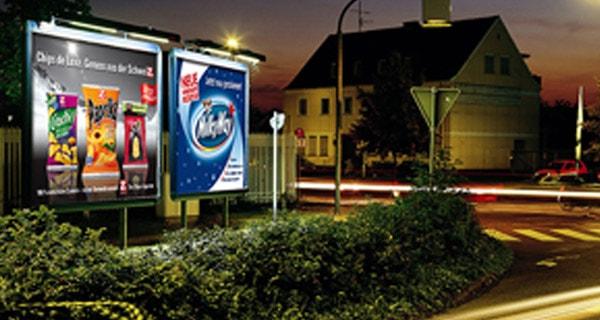 m-plakat Außenwerbung immer präsent am Tag und in der Nacht Nacht